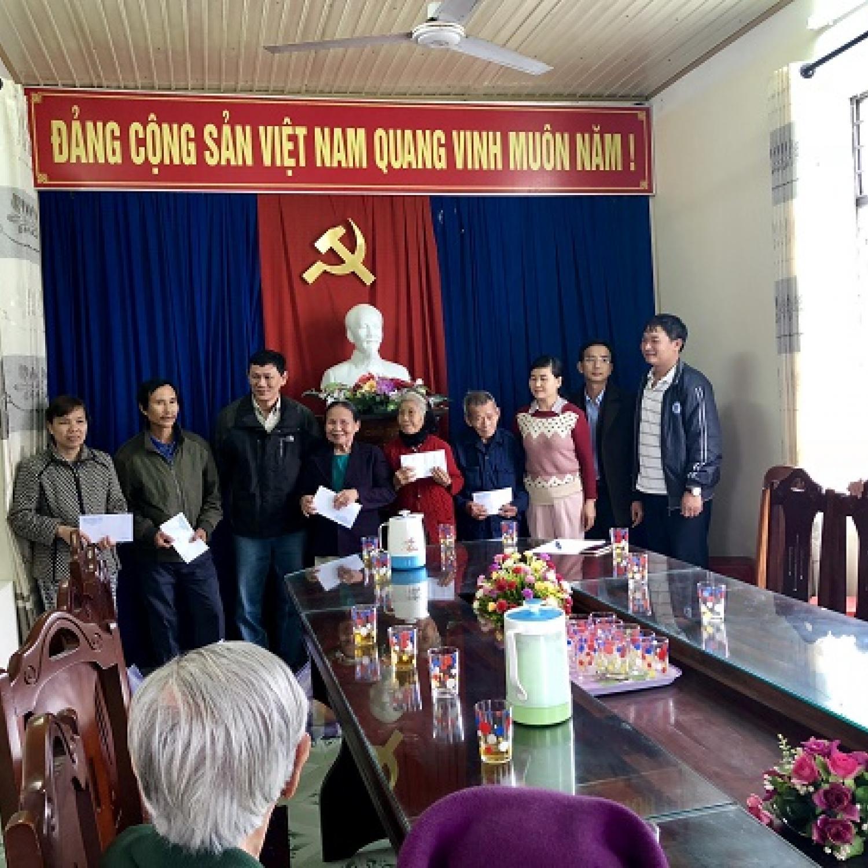 Cảng vụ Hàng hải Đà Nẵng tặng quà cho các hộ gia đình chính sách tại xã Hòa Phú, huyện Hòa Vang, TP. Đà Nẵng