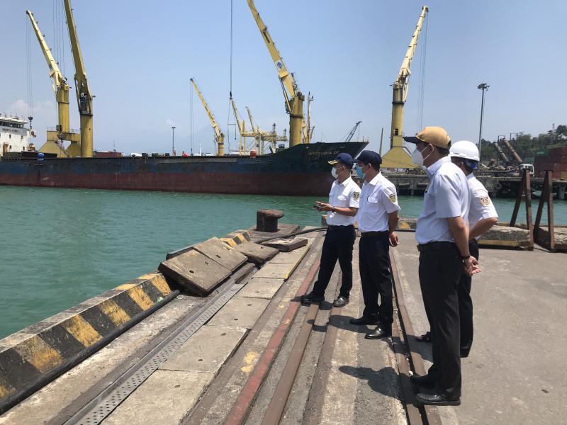 Đoàn công tác của Cảng vụ Hàng hải Đà Nẵng kiểm tra thực tế công tác phòng chống dịch COVID-19 tại cảng biển Đà Nẵng