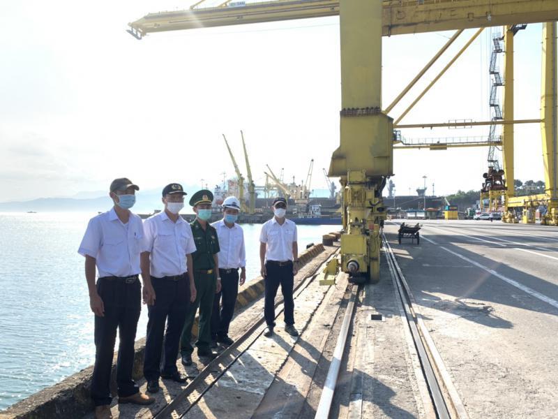 Đoàn kiểm tra do Cảng vụ Hàng hải Đà Nẵng chủ trì phối hợp kiểm tra thực tế công tác phòng chống dịch Covid-19 tại cảng biển Tiên Sa