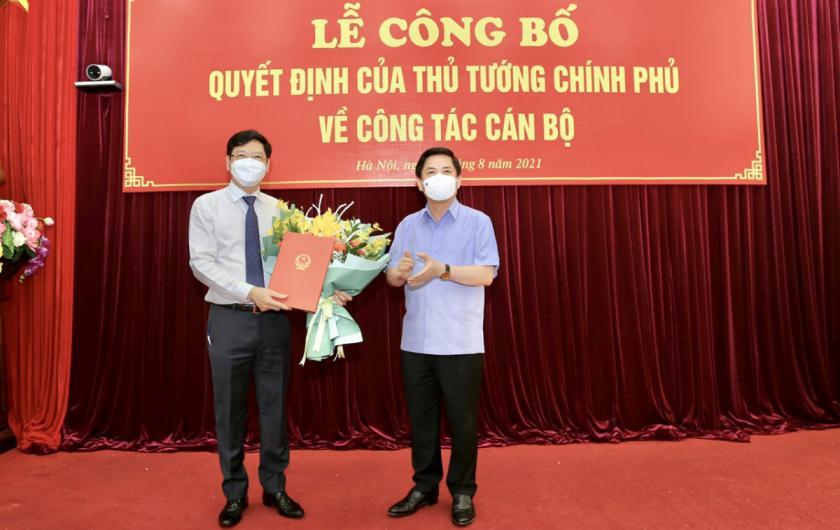 Bộ trưởng Bộ GTVT Nguyễn Văn Thể trao Quyết định bổ nhiệm Cục trưởng Cục hàng hải Việt Nam Nguyễn Xuân Sang giữ chức Thứ trưởng Bộ GTVT